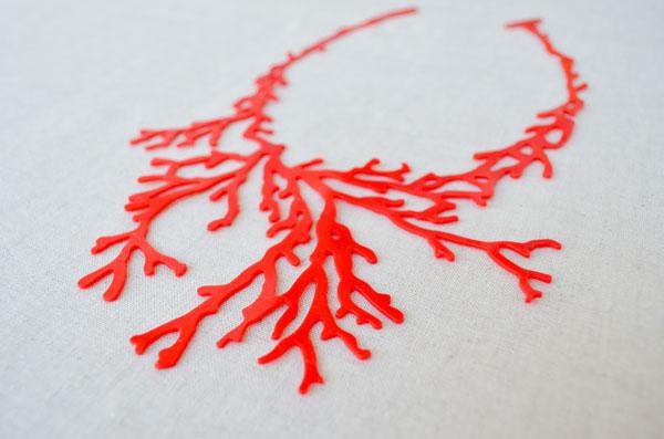colar coral beija flor design